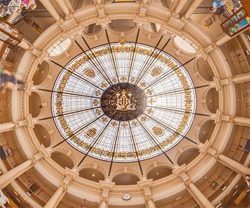 De prachtige koepel in het plafond van het postkantoor met het wapen van Valencia.